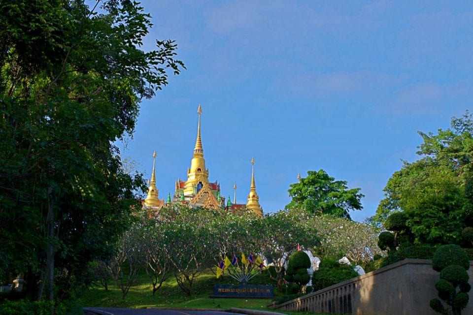 Approaching Phra Mahathat Chedi Baan Grood