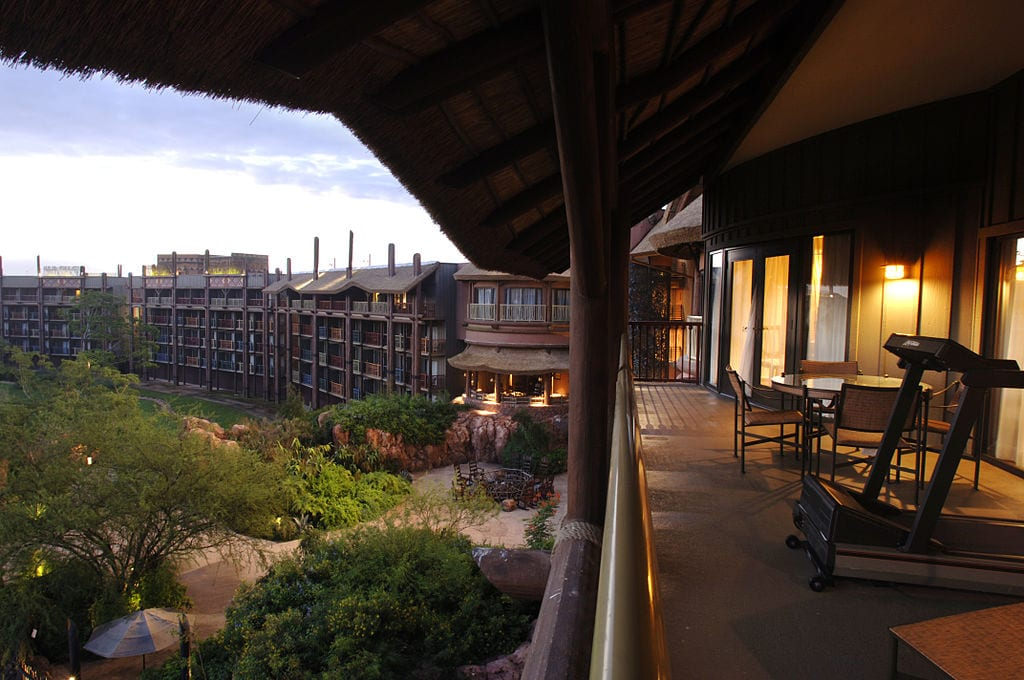 Outside animal kingdom lodge photo:BestofWDW from USA / CC BY (https://creativecommons.org/licenses/by/2.0 )